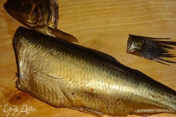 Копченую рыбу (у меня селедка) очистить от внутренностей, кожи и костей. Можно брать также скумбрию или другую копченую рыбу. Я указала вес целой рыбы, после обработки останется меньше.