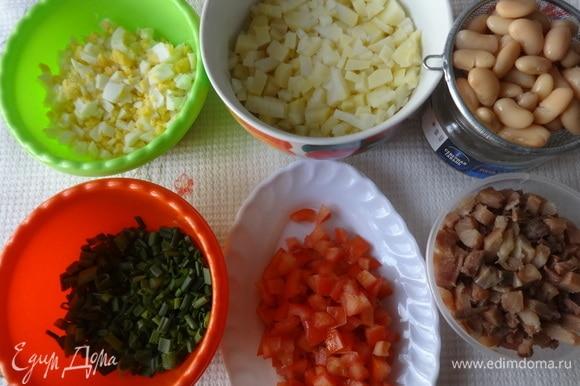 Все необходимые продукты для салата готовы. Отложить для украшения немного фасоли, лука и помидоров. Остальные продукты соединить в глубокой миске.