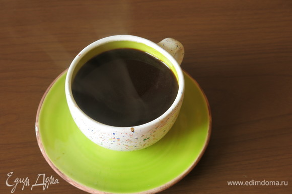 Наливаем кэроб без гущи в чашку и даем остыть. Используем только маленькую чашку кэроба без гущи.