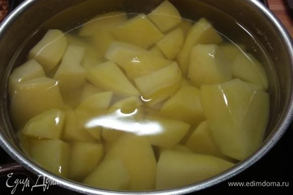 Картофель отварить, слить воду, добавить сливочное масло и размять в пюре, посолить и поперчить по вкусу, добавить мускатный орех.