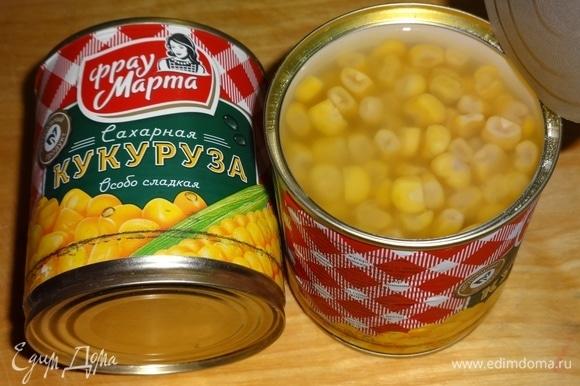 Открыть консервированную кукурузу ТМ «Фрау Марта». Отложить необходимое количество на сито, дать соку стечь.