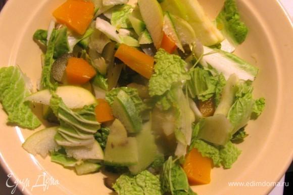 Лучше маринованную тыкву подогревать отдельно непосредственно перед подачей. Нарвать салат руками, яблоки нарезать как можно тоньше.