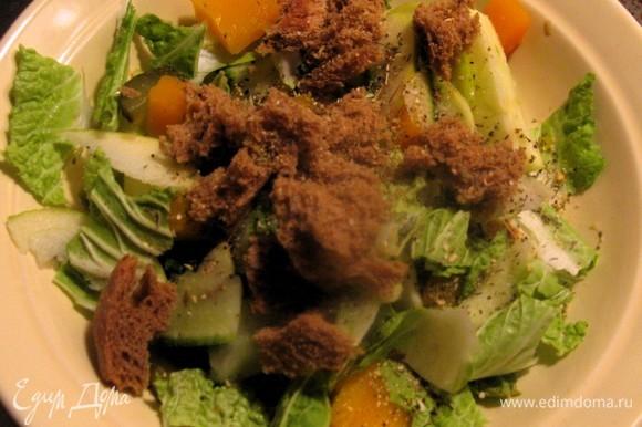 Огурец и редис нарезать соломкой и перемешать, приправив специями и добавив подсолнечное масло.