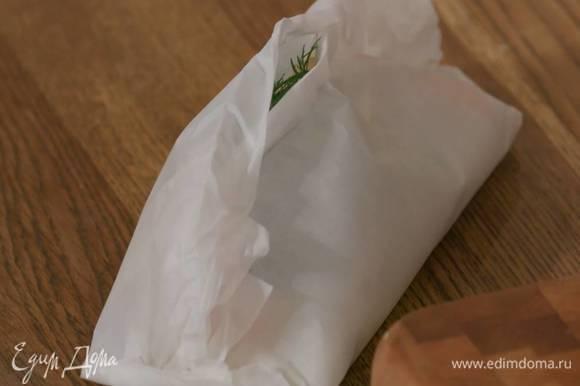 Завернуть бумагу по центру и краям, так чтобы получились конверты, оставив посередине небольшое отверстие, влить в него 1 ст. ложку вермута и плотно скрепить бумагу.