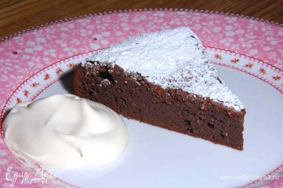 Готовый пирог посыпать оставшейся сахарной пудрой и подавать со взбитыми сливками.