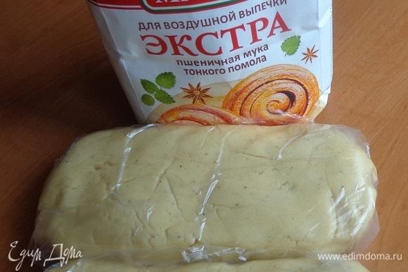 Постепенно (в 2–3 приема) ввести сухую смесь и замесить тесто. Разделить его пополам, положить в пакетики и убрать в холодильник часа на 3.