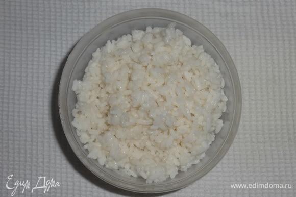 Дать воде полностью стечь. Выложить рис в чашку.