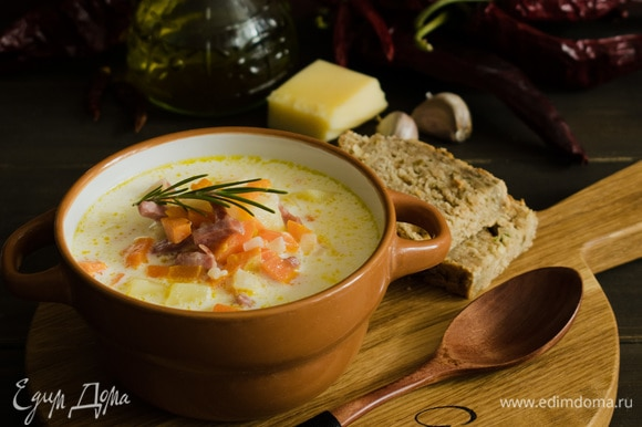 Суп разлить по тарелкам и украсить зеленью. Подавать с ломтиками поджаренного хлеба или сухариками. Приятного аппетита!