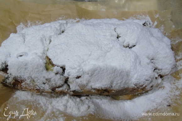 Обильно посыпьте через сито сахарной пудрой. На два штоллена примерно 400 г.