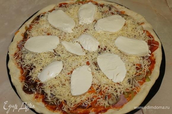 Пицца готова, отправьте ее в горячую духовку и выпекайте при максимальной температуре в течение 10–12 минут.