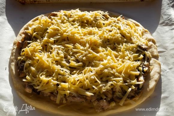 Посыпаем сверху сыром. У меня 50% — пармезан, 50% — сливочный сыр. Сочетание легко плавящегося сыра и сыра с насыщенным вкусом. Можно использовать любой сыр.