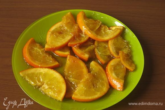 Обжариваем апельсины, переворачиваем аккуратно, обжариваем с другой стороны, выкладываем на блюдо.