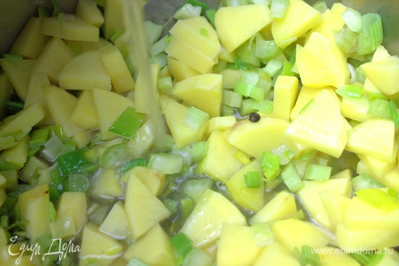 Немного еще подержать на огне и влить бульон. Нагреть и варить до готовности картошки.