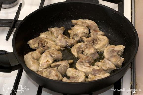 Куриное филе нарезать и обжарить в течение 15 минут.