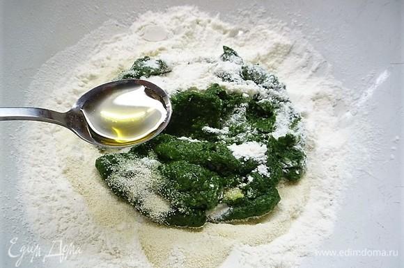 Добавляем щепотку соли и чайную ложку кукурузного масла.