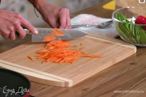 Очень тонко нарезать овощи и нашинковать зелень. Соединить в миске.