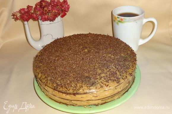 Готовый торт посыпать тертым шоколадом. Поставить в холодильник для пропитки минимум на 2 ч, максимум — на ночь.