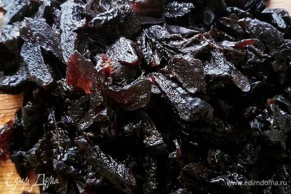 Сушеный чернослив тщательно промываем, режем на небольшие кусочки.