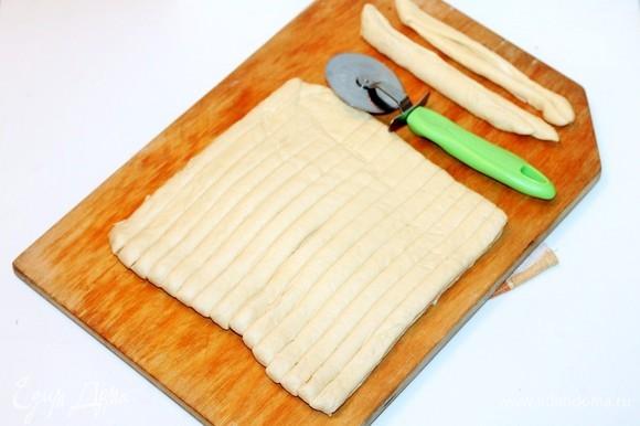 Раскатываем тесто в прямоугольник размером примерно 22х20 см и разрезаем на полоски шириной 1–1,5 cм. У меня вышло 17 полосок.