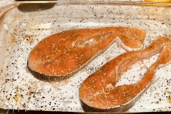 Выкладываем их в стеклянную форму, сверху посыпаем натуральными специями для рыбы и сбрызгиваем их оливковым маслом.