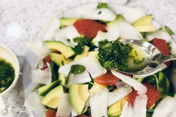 Добавляем к салату лаймовую заправку, хорошо перемешиваем.