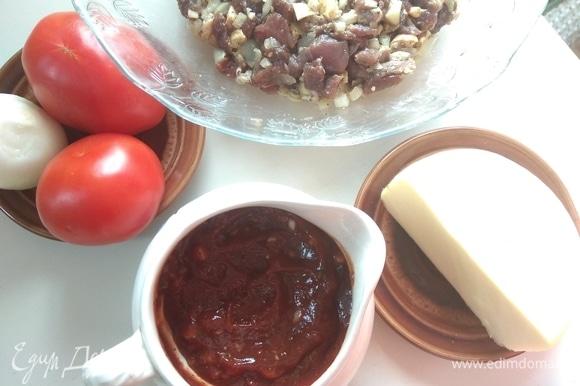 Готовим начинку: свинину и утиную грудку рубим ножом на мелкие кубики. Добавляем специи по вкусу и обжариваем на растительном масле до готовности. Лук режем полукольцами. Сыр и помидоры нарезаем тонко.