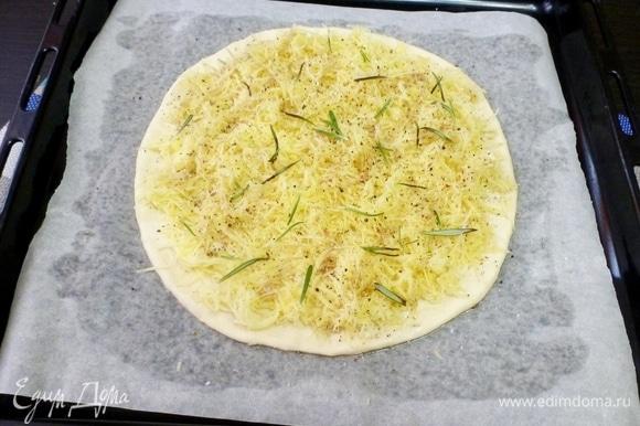 Равномерно распределить по лепешке натертый картофель. Посыпать листиками розмарина, поперчить и посолить. Снова полить оливковым маслом.