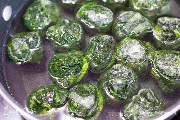 Для зеленого теста шпинат отварить в кипящей воде несколько минут до потери упругости.