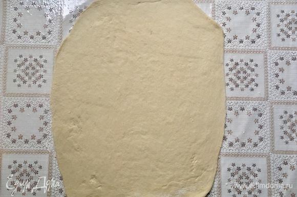 Раскатать готовое тесто в тонкий пласт.
