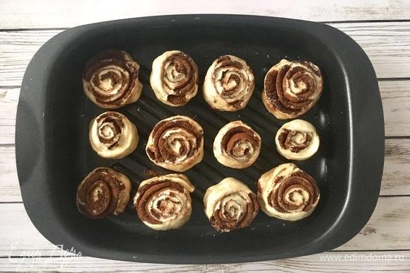 Выложить булочки на смазанный противень на достаточном расстоянии друг от друга (они увеличатся в размерах при выпечке). Поставить в разогретую до 180°C духовку на 20 минут.