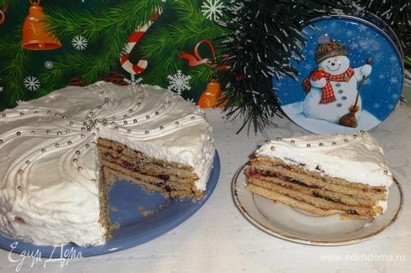 Торт подать на праздничный новогодний стол, разрезать на порции.