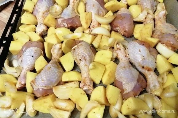 Духовку разогрейте до 200°C. Переложите продукты в форму для запекания или прямо на противень, покрытый пергаментной бумагой, и запекайте до готовности мяса. Через минут 20 следует аккуратно перевернуть кусочки курицы и картофеля на другую сторону, чтобы они равномерно прожарились.