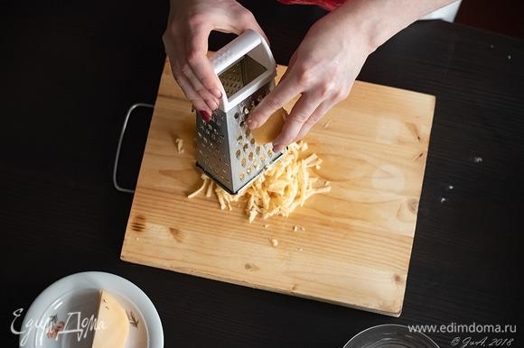 100 г сыра пекорино натереть на средней терке.