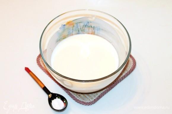 В кефир комнатной температуры добавьте соль и соду. Хорошенько перемешайте и оставьте на 5 минут. Затем добавьте небольшими частями муку (680 г) и размешайте тесто ложкой.