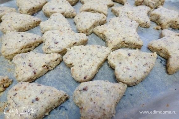 Разогреть духовку до 180°C и отправить печенье выпекаться на 10–13 минут. Следите внимательно за печеньем — оно должно лишь слегка зазолотиться.