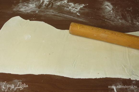 Раскатываем тесто в пласт толщиной 1,5 мм.