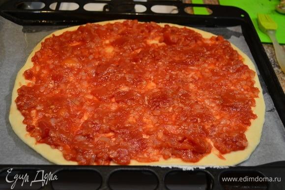 Тесто раскатать и переложить на противень, смазать смесью нарезанных помидоров в собственном соку с луком.