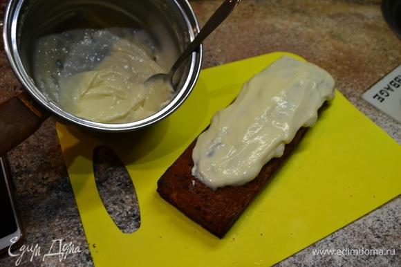 Далее украсить наш кекс, распределить крем. Я обычно в ночь кексы готовлю, чтобы полностью остыли.