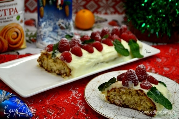 Посыпьте ягодки сахарной пудрой, и кекс станет еще нарядней!