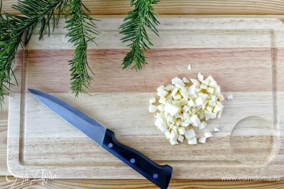 Сулугуни или другой сыр, который плавится и остался после застолья, также мелко нарежьте.