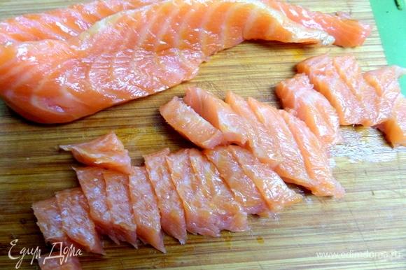 Копченую рыбу нарезать на полоски. Часть оставить для украшения.