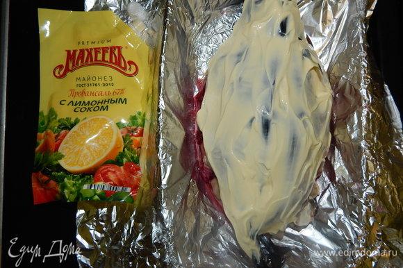 Внутреннюю часть второй скумбрии посолить и поперчить по вкусу, распределить 3 ст. л. заправки для борща и уложить сверху картошки. Смазать майонезом ТМ «МахеевЪ». Закрываем скумбрию фольгой и отправляем в разогретую до 170°C духовку на 45 минут.