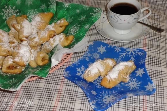 Выложить рогалики в вазу и подать к чаю или кофе. Угощайтесь! Приятного аппетита! С наступающим Новым годом!