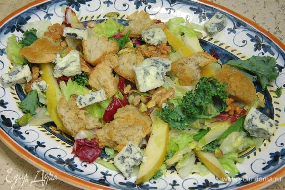 Сверху на салат выложить золотистые крутоны с грецкими орехами, посыпать все фисташками и горгонзолой.