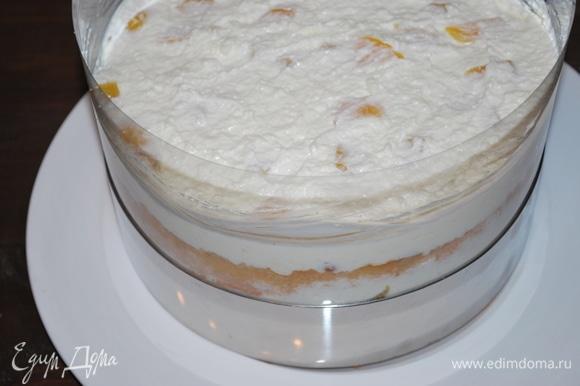 Торт поставим в холодильник, за час крем застынет.