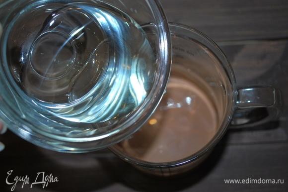 Шоколад растопить в микроволновой печи в несколько приемов (чтобы шоколад не перегреть), добавить в растопленный шоколад растительное масло, перемешать.