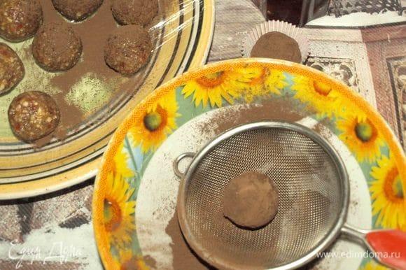 Достаем шарики и обваливаем в какао. Можно обвалять в измельченных орехах или кокосовой стружке.