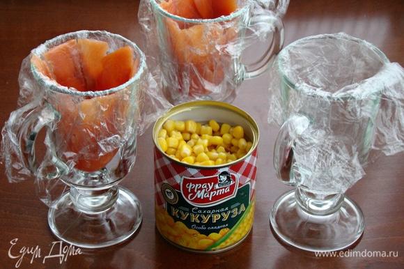 Для салата «Колокольчики» необходимы любые чашки или бокалы такой формы. Бокалы застелить пищевой пленкой и слайсами тонко нарезанной слабосоленой семги.