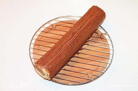 На охлажденный рулет наносим крем и украшаем (можно кокосовой стружкой, орехами и ягодами).