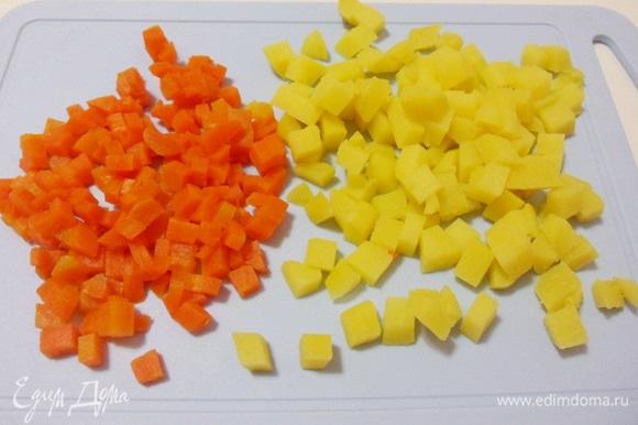 Картофель и морковь, предварительно отваренные до готовности с долькой чеснока, остудить, очистить и нарезать мелкими кубиками со стороной 5–7 мм.